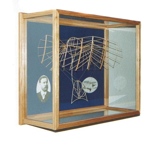 All our models will be delivered in such attractive display cases. These cases are designed to be hung from a wall. Herethrough they do not need specific spare room in your home or collection. Schown here is the model of the large biplane by Otto Lilienthal of 1895. 100 Pieces limited edition.